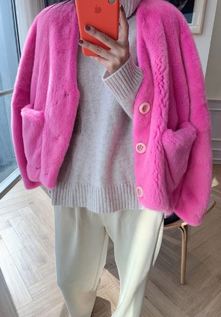 Very cute short cardigan made of natural mink.